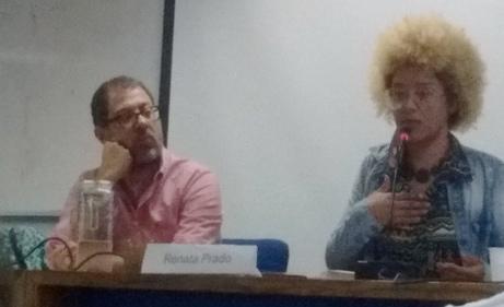 Renata Prado ao lado do professor mediador.
