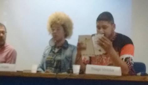 Thiago Vinícius diz o poema ao lado de Renata Prado.
