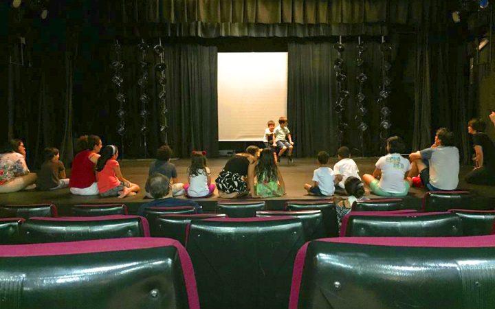 Crianças em atividade no Teatro Eva Herz